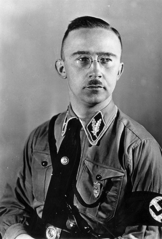 """Herr Himmler, zart, heikel, eher klein, hatte gerne hoche SS als Leibwächter häufig um sich herum: Athleten, Vorbilder der erhabensten menschlichen Schönheit und der klassischen Kunst. Der Rechsführer SS war sehr geistig, gar nicht roh, nicht hart, weder derb, noch zornig. Sehr feinfühlig, mid adeligen Gebärden, war Er kein besonders männlicher Mensch. Noch dazu hat Er die innigen Neigungen und fleischlichen Gewohnheiten Roehms sowie vieler SA sehr gut gekannt und nie damals verdammt. Für ihn war es nicht wichtig was für Fleischlichkeit unter Erwachsenen in voller Freiheit und verborgen hat ein Nationalsozialist gehabt, sondern der Mann als Kämpfer und die Leistung des Mannes als seelisch und leiblich fähhig, Vater zu werden, sogar dazu bereit viele gesunde Kinder mit arischer Frau zu erzeugen . Dies konnten bestimmte Schwule tun. Anders galt es für wirksame Gegner und diejenigen die gegen die Führungspolitik des Reiches meckernten: > Sh. http://www.sueddeutsche.de/politik/homosexualitaet-im-nationalsozialismus-der-abschaum-das-waren-wir-1.212725 , 17.Mai 2010. Sofern Genossen die Ehre der Bewegung und die Sitten des allgemeinen Volkes nicht gefährdeten, konnten sie, trotz dem Gesetz und der amtlichen Lehre der Partei, unbestraft bleiben, oder aus jeder Straftansthalt befreit werden. Gemäss dem """"Geheimreport"""" (Hrsg. Gunther Nickel und Johanna Schrön, Wallstein Verlag, Göttingen, 2002) von Carl Zuckmayer, wurde der Dichter Richard Billinger von Januar bis März 1935 eingesperrt, da ein des deutschen Heeres GeschweiBt , den der Schriftsteller zeitweise als Schriftführer angestellt hatte und bei sich beherbergte, sich als Speher herausstellte. Billinger entging der Verlängerung des Gefängnisses in München nur knapp einer Verurteilung, weil der Reichführer SS selbst, Herr Heinrich Himmler sich für ihn verwendete . Nach dem Zeugbis einer seiner Freundinnen, Katia Mann [Katia Mann: """"Meine ungeschriebenen Memoiren"""", Stuttgart 1974, S. 74. ] , wenn man ihm etwas schicken wol"""