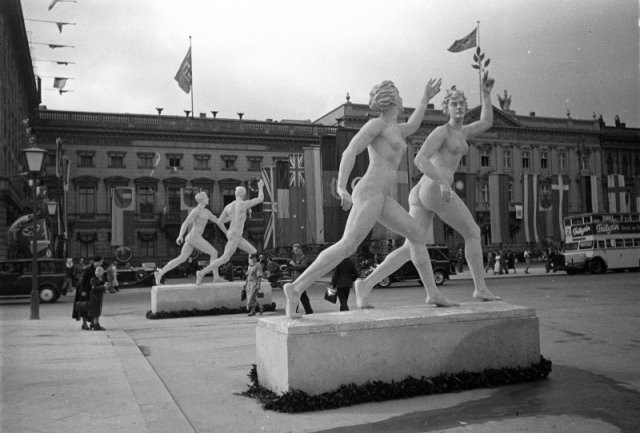 Standbilder von Frauen mit männlichen Leibern.