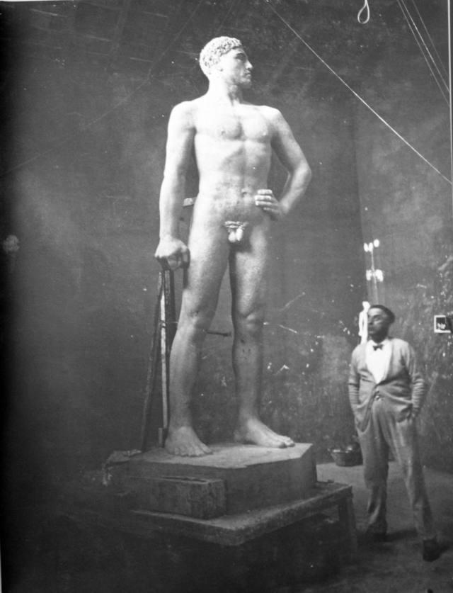Lo scultore Arturo Dazzi, a Brescia, insieme alla sua statua d' uomo nudo.