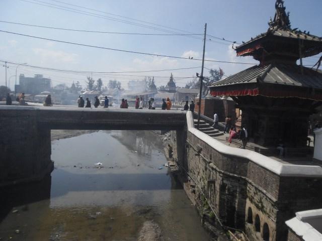 El mismo templo visto desde la rivera.