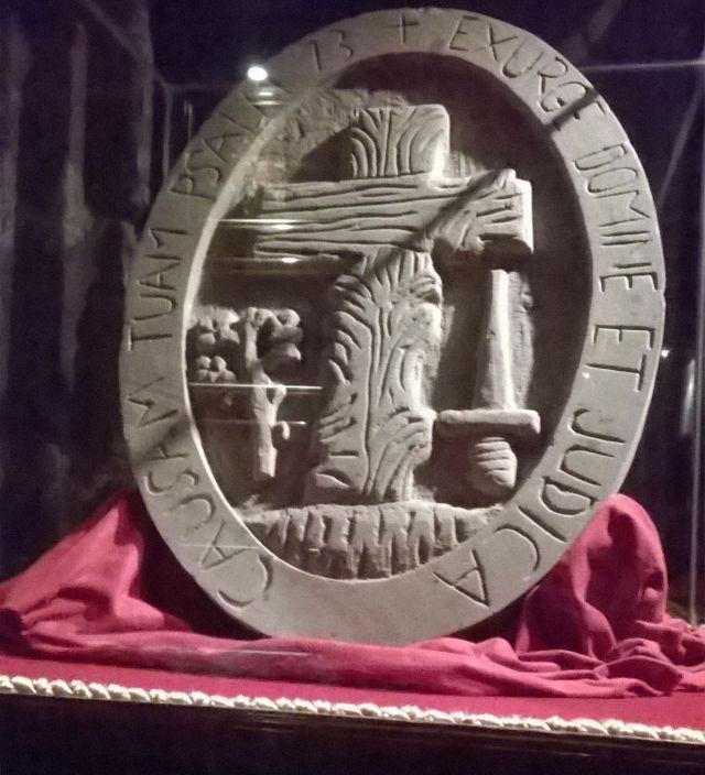 Escudo de la Santa Inquisición, situado antiguamente en la fachada del Palacio del Santo Oficio, en la ciudad de Mejico. El emblema fue removido por modernuchos politicos gobernantes, en 1879. Hoy se halla en el Palacio de la Escuela de Medicina, en la misma ciudad, bajo régimen judeomasónico, como todo ese pais.