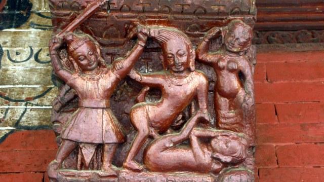 """Templo de Pashupatinath, Kathmandu (Sharon and Peter Komidar) en """"Sharon and Peter Komidar (flickr)"""". Escena de incentivación del placer carnal, a través de prácticas normalmente dolorosas pero que no sólo no provocan durante el orgasmo sensación dolorosa placentera (masoquismo), sino también intensifican """"simpliciter"""" la sensación orgásmica. En la preorgásmica los golpes son dolorosos."""