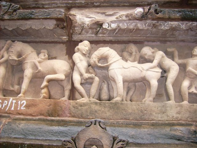 """Khajuraho, Escena de bestialismo. Si éste era considerado ascéticomísticamente bondadoso, """"a fortiori"""" había de estarlo cualquier cópula entre humanos, no lesiva de la integridad anatómica de sus sujetos."""