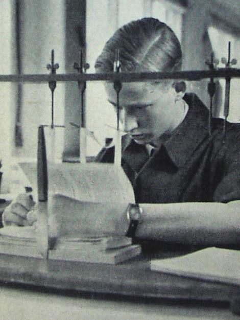 Buchbinder, 1938. Knabe des Volksadels. http://pressbengel.blogspot.com.es/search/label/Library .