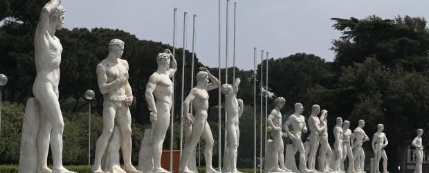 """""""Stadio dei Marmi"""", EUR, Roma. Esculturas de varones de cuerpo atlético y ejemplar, en su edad de apogeo de vigor físico. """""""