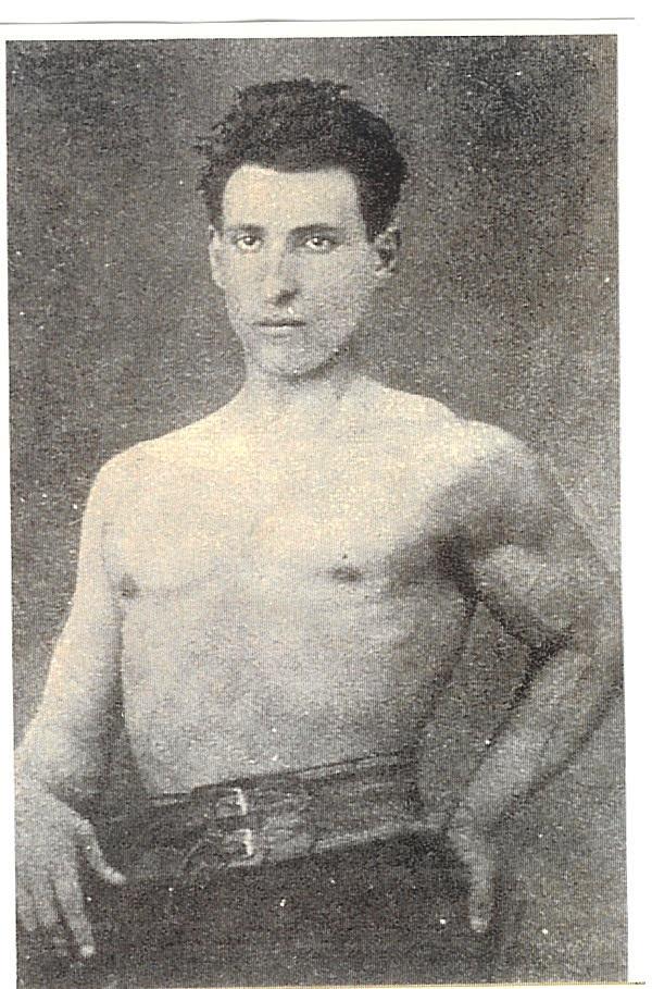 Santiago Ramón y Cajal posa con torso desnudo.