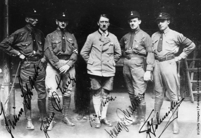 Adolf Hitler  (Schaub,  Schreck, Hitler, Maurer und Schneider. (Photo by Keystone/Getty Images). 1929