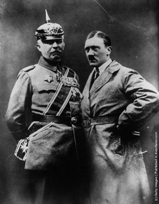 Zusammengesetzte Aufnahme, 1925, Gen. Karl Ludendorf, ein ganzer Mann, und Adolf Hitler, ein ganz besonderer und wertvoller Mensch.