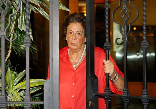 Tras comunicar al Partido su decisión de no renunciar a su acta senatorial. 14 de Septiembre de 2016, tras la verja de su domicilio valenciano. Ese acto la convertía en paladín de la lucha aguerrida por su honor defensor del Principio de Presunción de Inocencia.