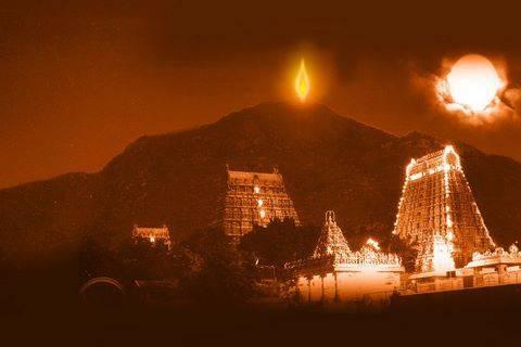 """Festival de Thiruvannamalai Karthigai Deepam, 2016. Con el fuego que sobbre un cilindro metálico sobre la cima del monte se me antoja el Agni-lingam schiváico. El Schivaismo es monoteístico. A la derecha del """"falo de fuego"""", """"espada de fuego"""", vese un fenómeno luminoso apoteósico al que no hallo explicación, se me antoja un prodigio luminoso obsequio de Dios, a sus fogosos diligentes adoradores."""