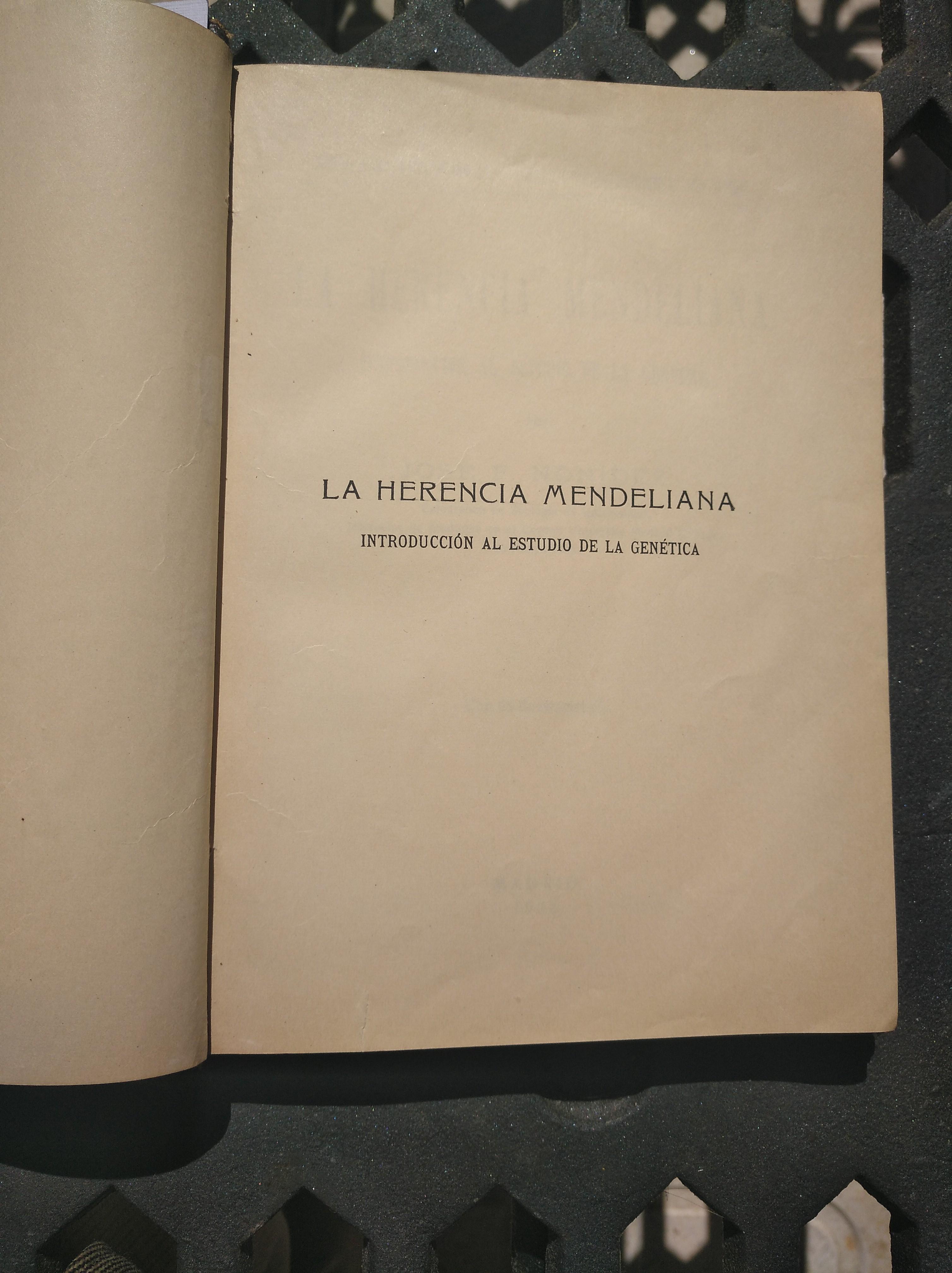 """Primera página de un ejemplar encuadernado, de la primera edición del libro del Catedrático Frenández Nonídez, de 1922, """"La Herencia Mendeliana ...""""."""