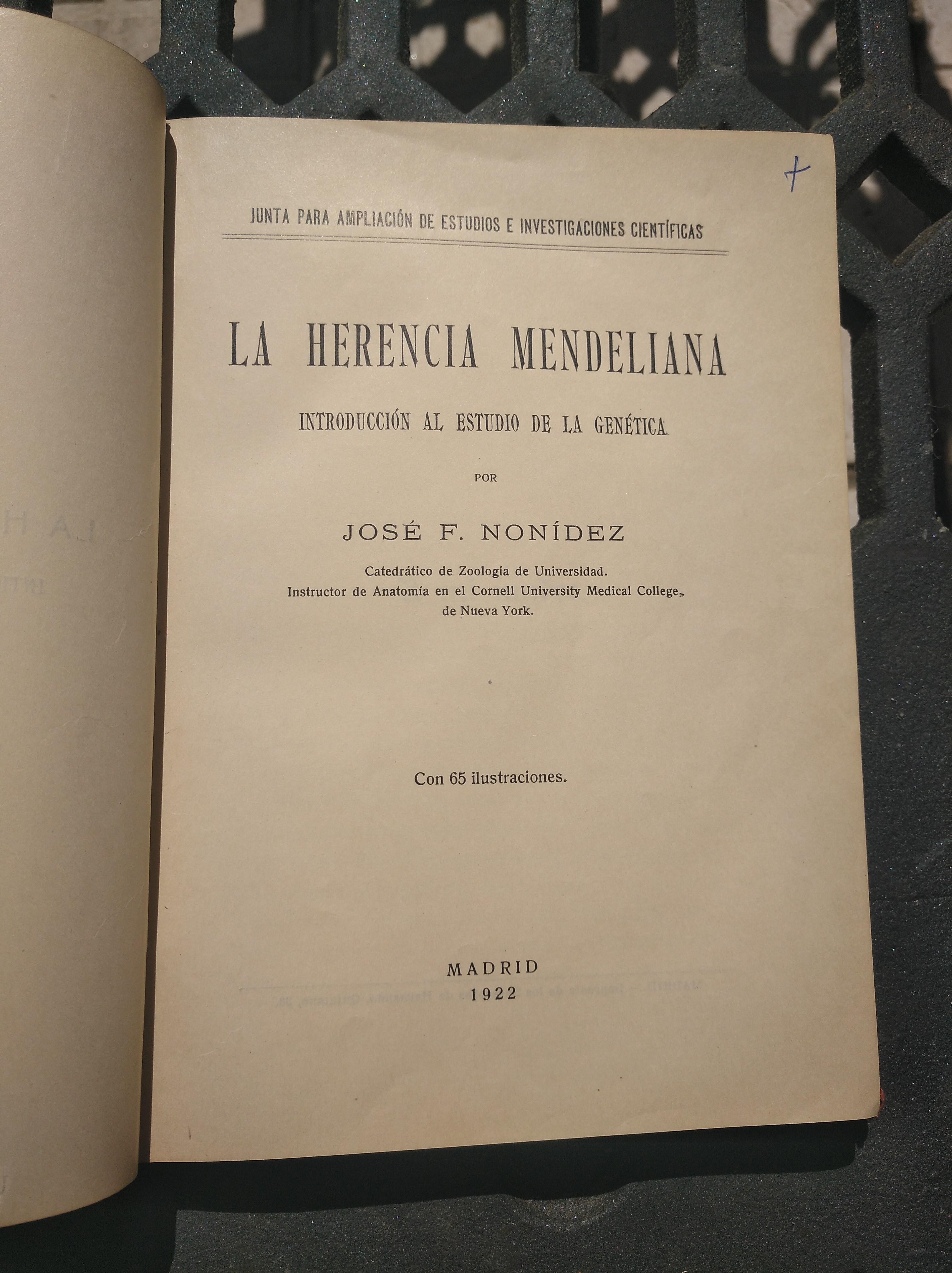 """Portada de un ejemplar encuadernado, de la primera edición del libro del Catedrático Frenández Nonídez, de 1922, """"La Herencia Mendeliana ...""""."""