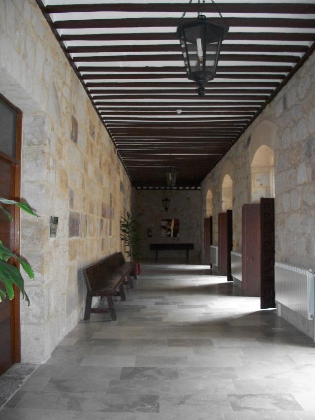 Seminario Mayor, Seminario Conciliar de Toledo, corredor primera planta, cláustro cerrado con ventanales.