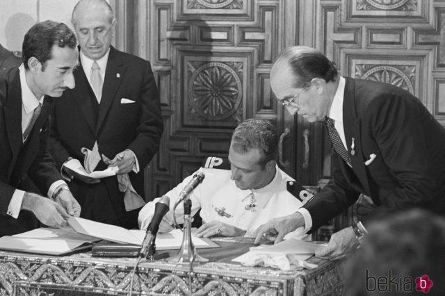 Juán Carlos firmando leyes como.la del aborto asesino y genocida