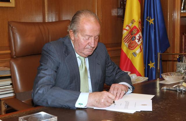 """Y firmó la segunda y aún más asesina """"ley"""" del aborto homicida y genocida, del Psoe y Rodríguez Zapatero."""